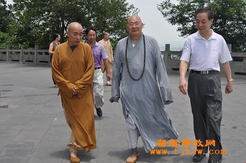 圣辉大和尚一行视察桂阳鹿峰寺