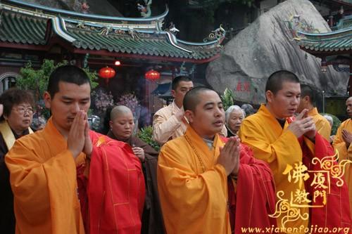 厦门日光岩寺万佛法会圆满之日施放瑜伽焰口图片