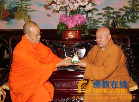 他向传印长老转交了泰国副总理萨南·卡村帕萨