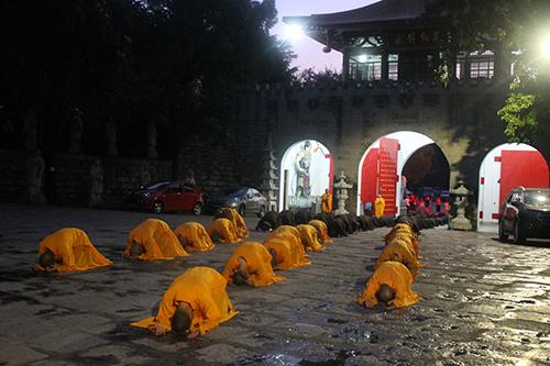 石室禅院举行观音菩萨成道日三步一拜感恩朝山礼佛活动