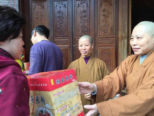 净莲寺节前慰问西边社区困难家庭