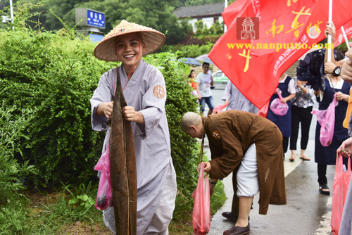 """厦门日报:""""义起善行""""美化家园 思明区佛教界用行动助力文明创建再提升"""