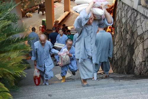虎溪岩寺大众出坡,将14200斤大米分送开元街道…
