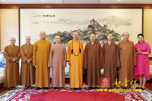 台湾中国佛教会理事长净耀大和尚一行到南普陀寺参访
