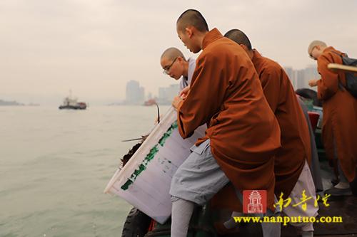 闽南佛学院女众部于今日举行海上放生活动