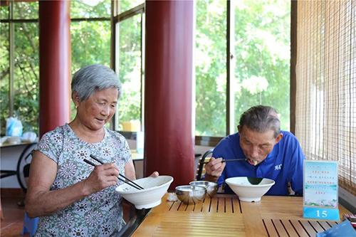 爱心餐桌、扶贫助孤…厦门虎溪岩寺请老人吃免费午餐