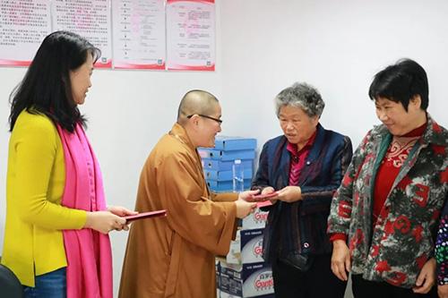 南普陀寺慈善会走进六个社区 慰问关怀51位困难居…