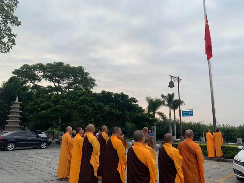 10月1日国庆节 厦门梵天禅寺举行升国旗仪式