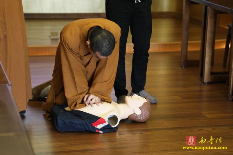 """南普陀寺全面配置""""救命神器""""AED,织就生命安全…"""