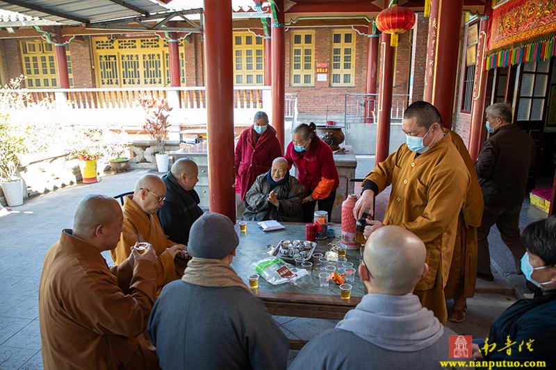 厦门市佛教协会看望天界寺98岁老阿姑